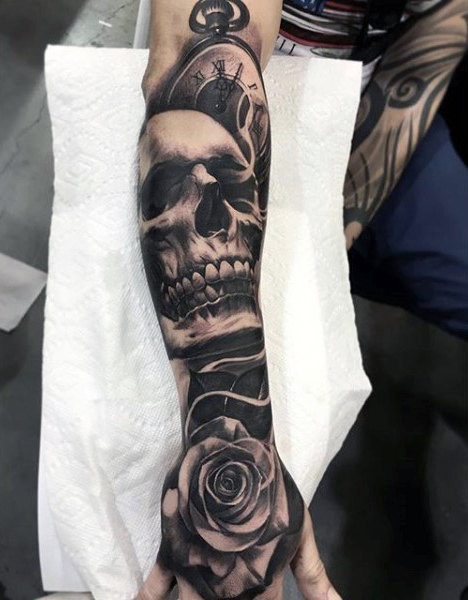 Unterarm-Hülsen-Schädelและ Rose Black Ink Mens Tattoos