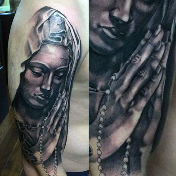 Mère de Dieu priant avec Rosary Guys Mary Arm Tattoo