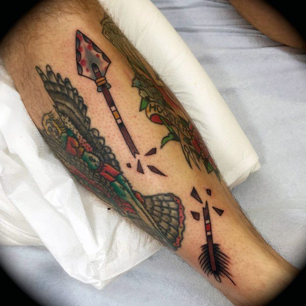Sharp Broken Arrow Male Tattoo Ideas en la pierna