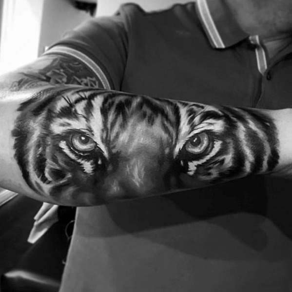 Mies Badass Outer Suburva Realistinen Tiger Tattoo