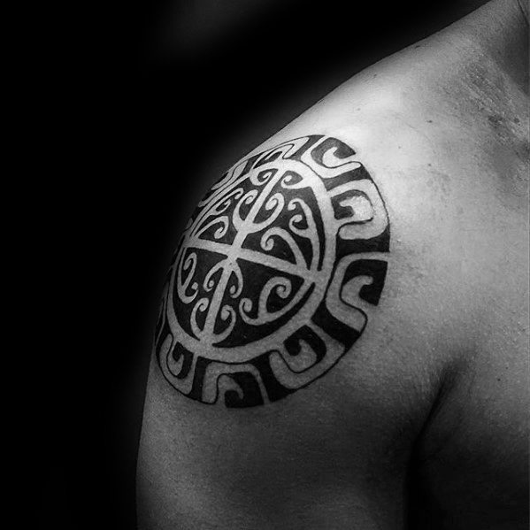 Coole Schulter หมวก Verschiedene Tribal Mens Tattoo-Ideen