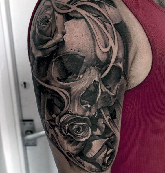 Guy Dengan Skull Dan Rose Quarter Sleeve Tattoo