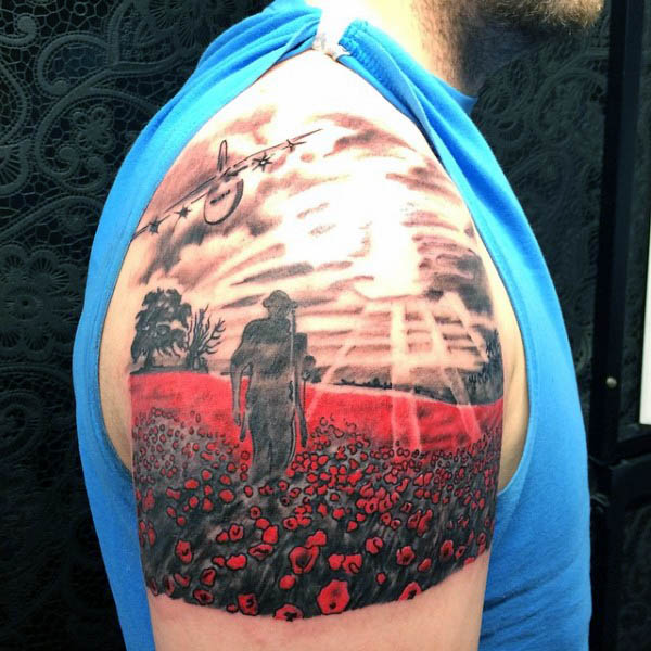 Oberarm Solider เดินใน Poppy Field Mens Tattoo