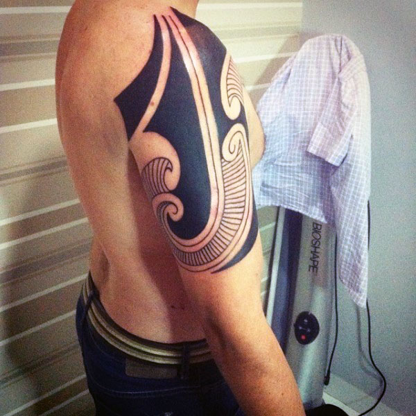 รอยสัก Blackwork Tribal fürMänner am Arm