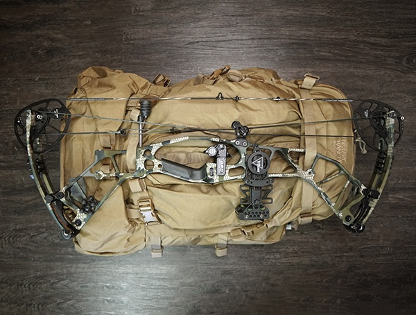 Mystery Ranch Marashall Bowhunting Pack με το Hoyt Hyperforce Attached