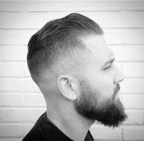 Lyhytpituinen Slicked Back Skin Fade Haircut miehille
