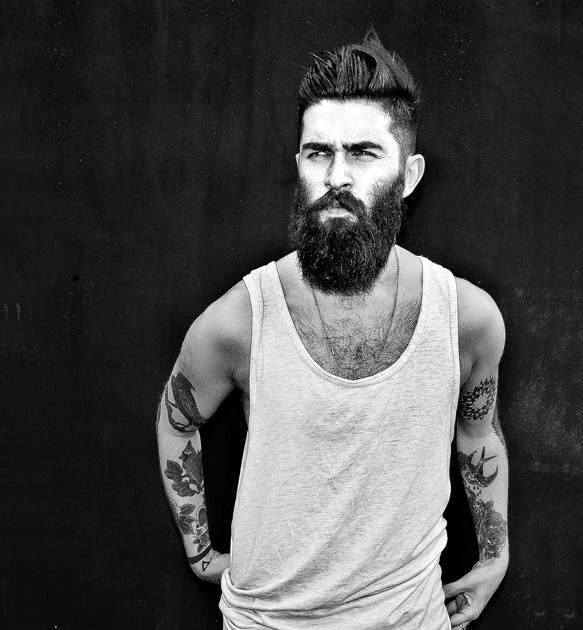 Man with Beard ja Cool Undercut Hairstyle Medium Pituus